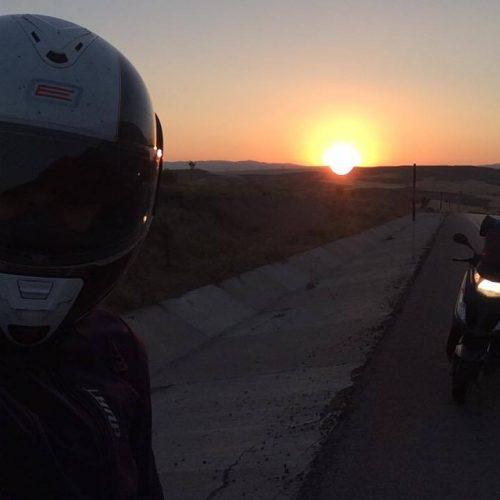 """"""" Dört teker bedeni taşır, iki teker ise ruhu """" Motosiklet İle Seyahat Etmek"""