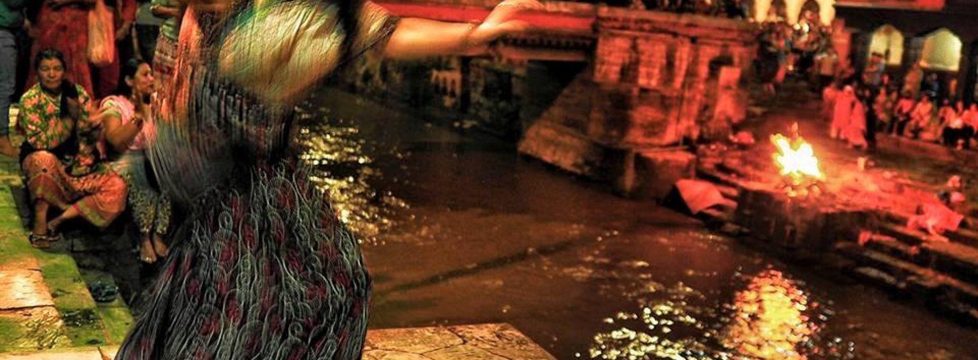 Ganj Nehrinin Kıyısında Dans Eden Rakkase ve Karşı Yakasında Ölü Yakanlar Aynı Karede