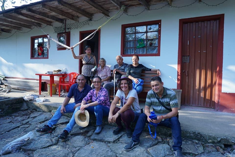 Evinde kaldigimiz baska bir aile bizi köyüne götürüp akrabaları ile tanistirdi