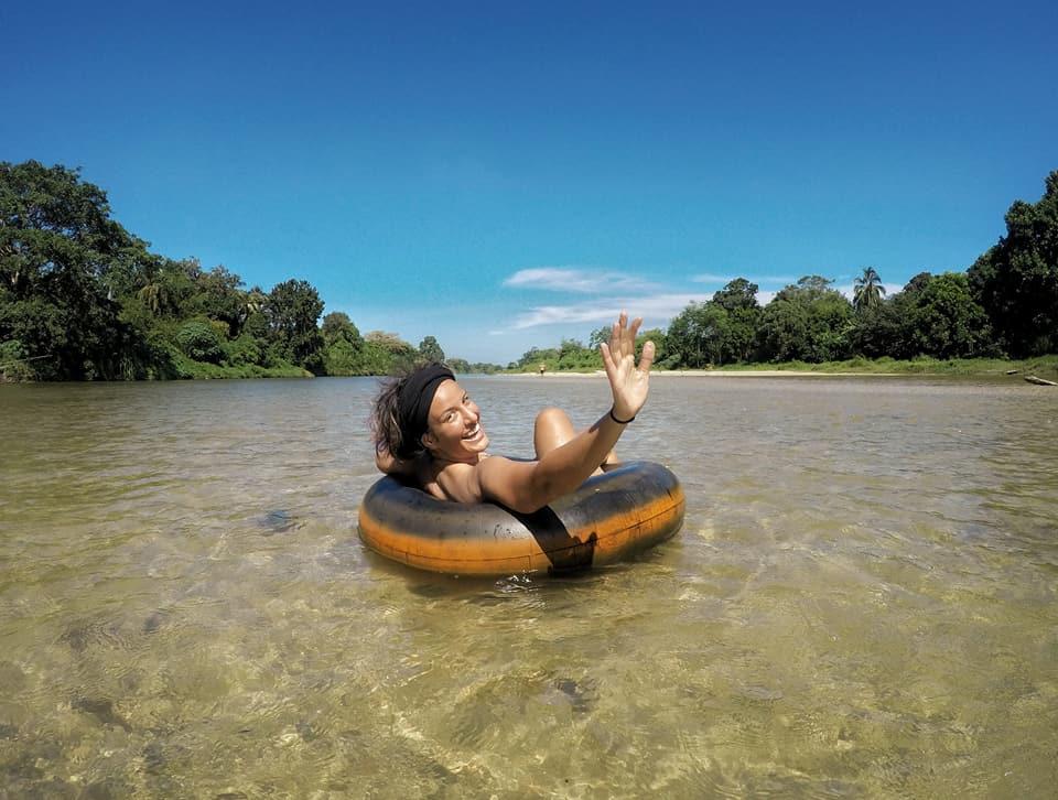 Karayip kiyilarindaki Palomino. Burada nehirde tubing dedikleri lastik ile yuzmek oldukca populer
